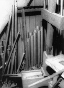 Fernwerk (Schwellwerk) der Orgel mit Gedenkkreuz und zerstörten Pfeifen