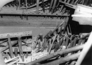 Stimmgang Fernwerk (Schwellwerk) der Orgel mit zerstörten Pfeifen