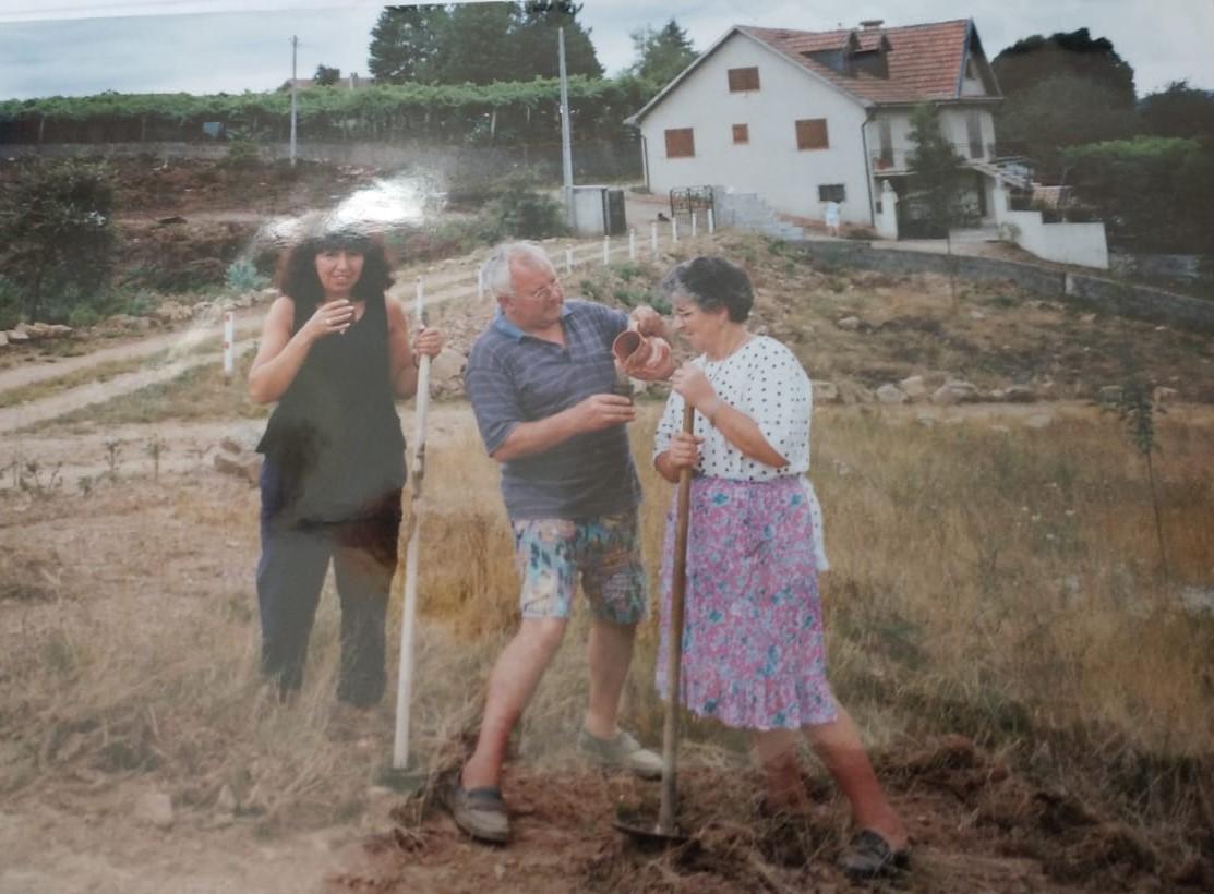 Fatima Bonhage mit ihren Eltern in Portugal.